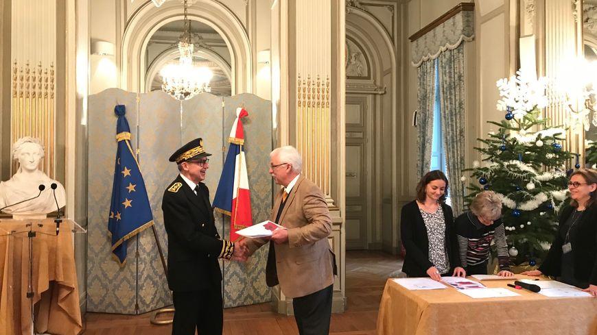 John Franks reçoit ses documents de naturalisation des mains du préfet Frédéric Périssat