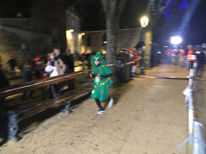 Un sapin de Noel qui court dans Châteauroux.
