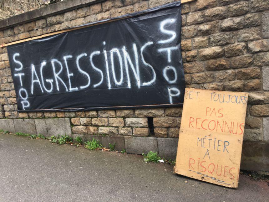 Les pancartes et les banderoles sont bien affichées devant la caserne