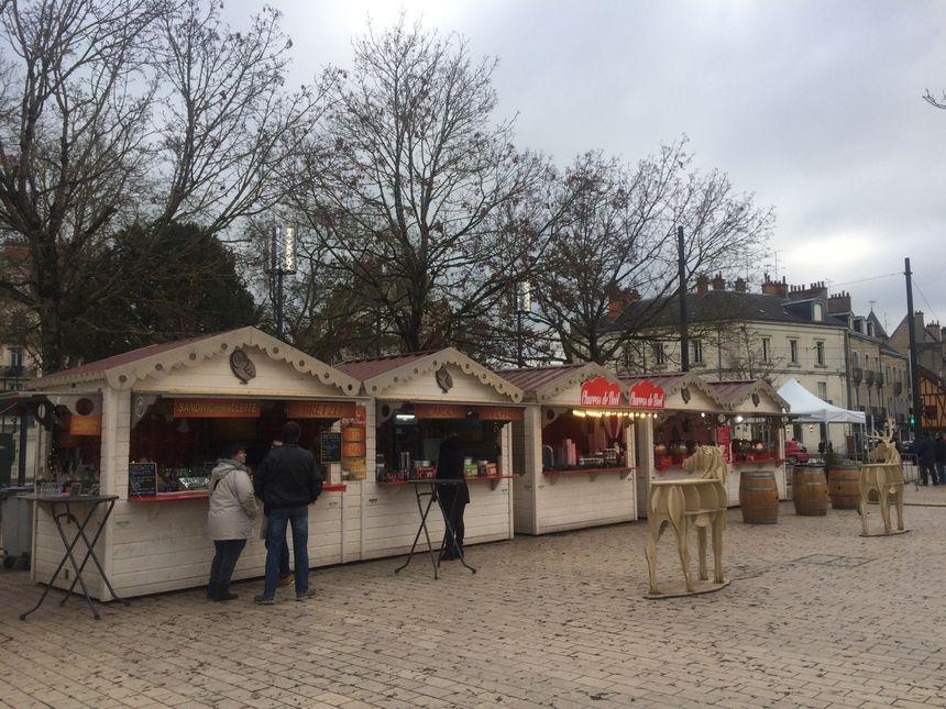 Une dizaine de stands gourmands entourent la patinoire et la grande roue place de la République