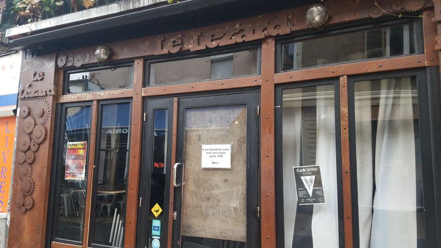 Certaines vitres de la devanture du bar Le Lézard ont été brisées par des militants d'extrême-droite, ce samedi soir.