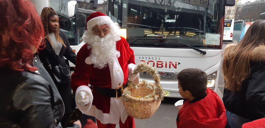 Surprise pour les enfants de passage à la gare routière de Clermont-Ferrand