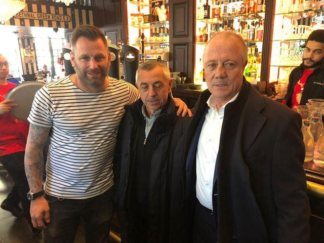 """Arnaud Lebrun, le patron du """"Bureau"""" et Alain Giresse, ancien international et ami de Bernard Lacombe, aux côtés de la légende lyonnaise"""