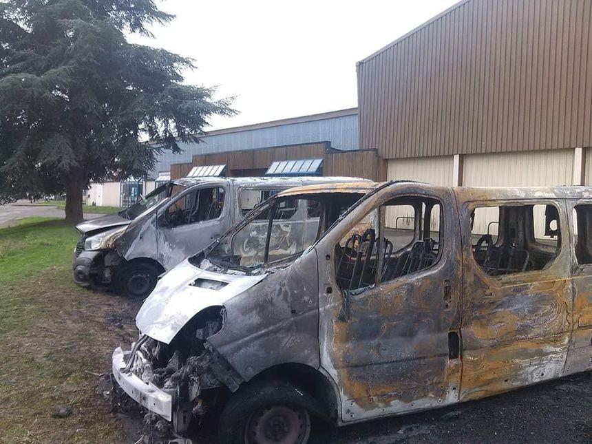 Une voiture volée a été incendiée entre les deux minibus