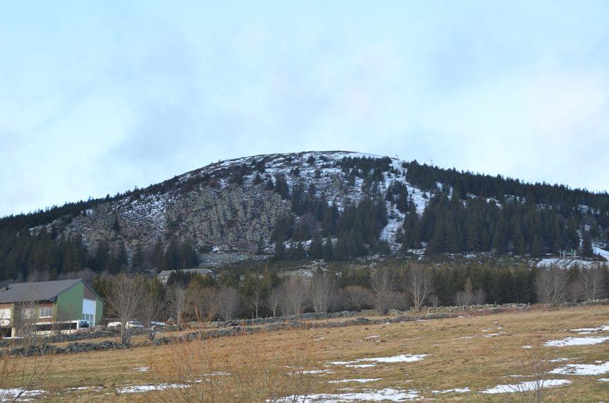 Quelques plaques de neiges encore accrochées au Mont Alambre
