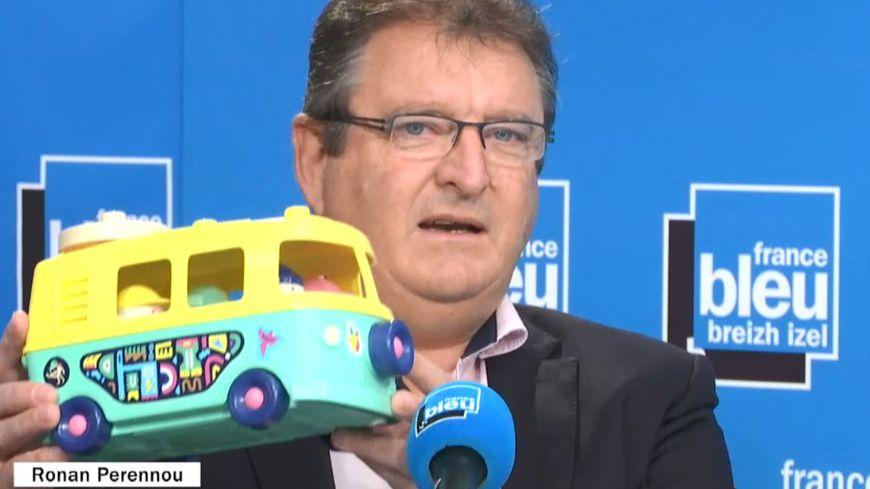 Ronan Perennou directeur d'Actuaplast avec le fourgon en pots de yaourt recyclés