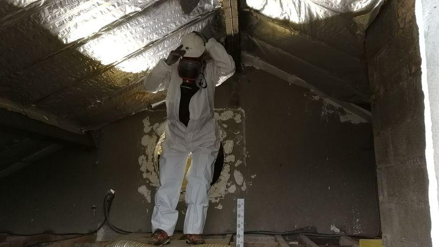 Un ouvrier sur un chantier d'isolation