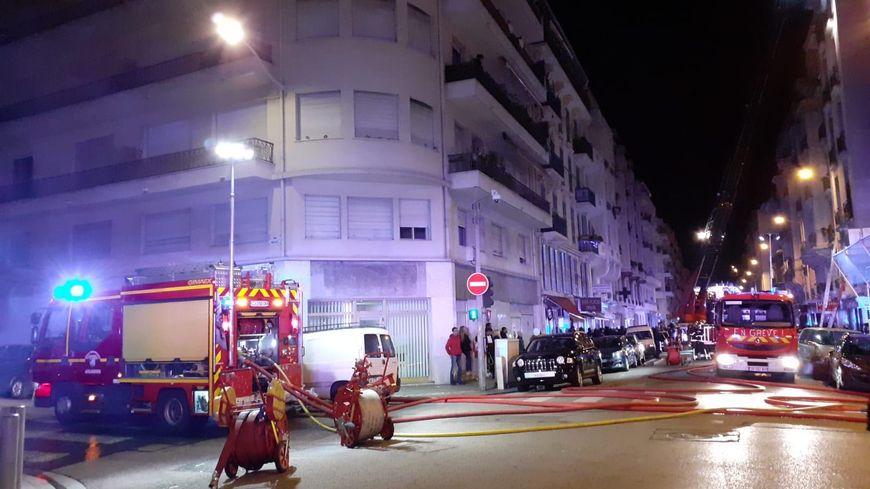 Les pompiers utilisent la grande échelle pour ce sauvetage rue Trachel