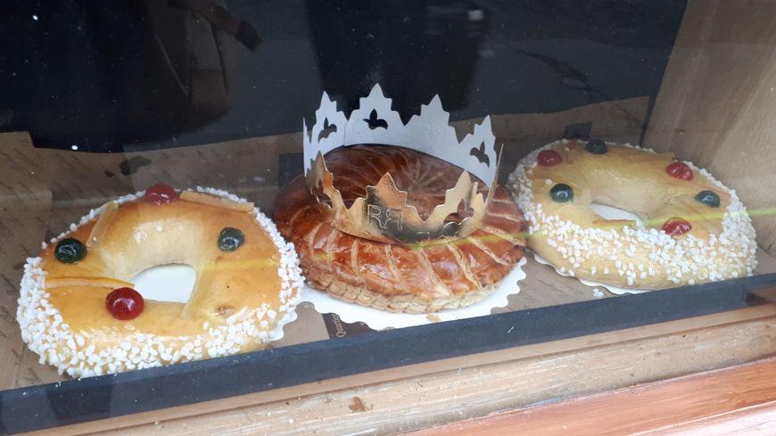 Plus d'une semaine avant l'Épiphanie, les galettes des Rois garnissent déjà les vitrines des boulangers.