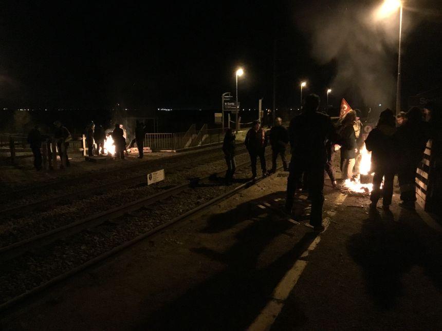 Les manifestants ont bloqué les voies dans les gares de Frenouville-Cagny et Mezidon.