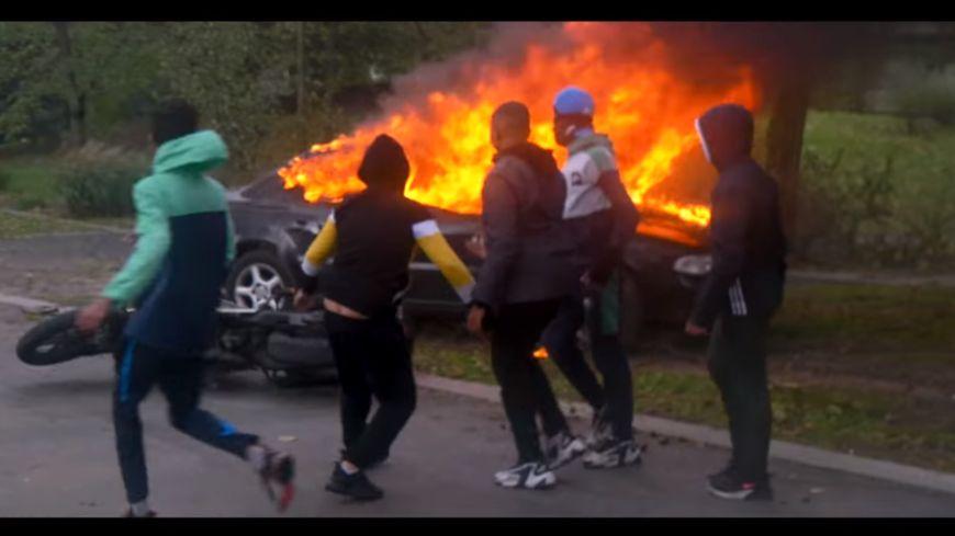 Des jeunes du quartier ont volé puis incendié des véhicules pour le clip.
