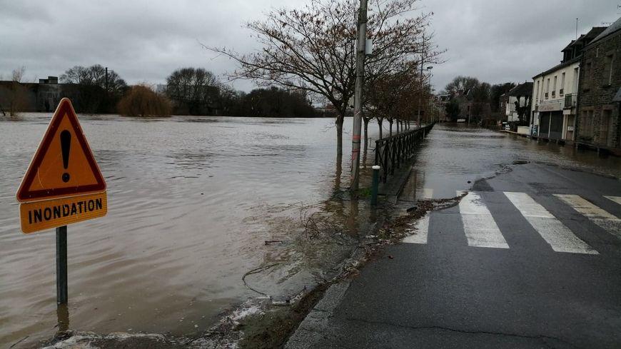 A Messac-Guipry la Vilaine a inondé la route et plusieurs habitations