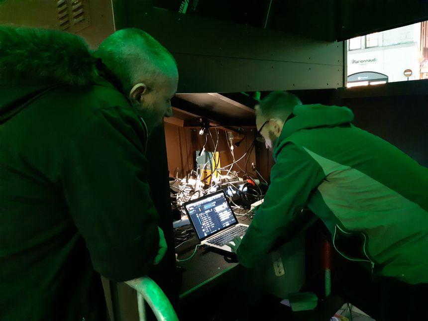 Julien Cano et Nicolas Evesque d'ID Scènes s'activent pour les derniers réglages