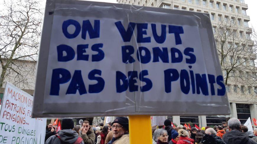 La manifestation rennaise s'est élancée à 12h ce mardi 17 décembre