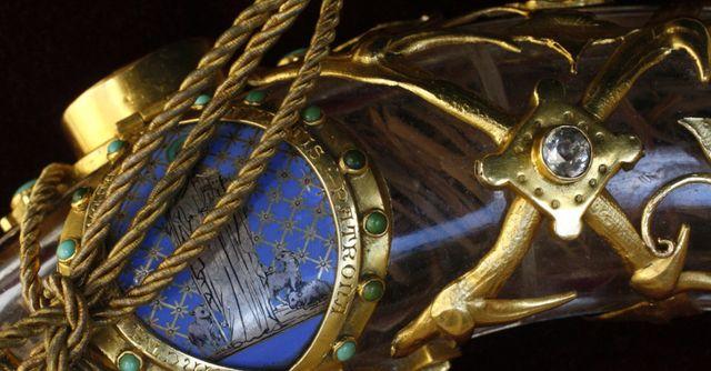 Détail de la couronne d'épine enfermée dans son tube de cristal