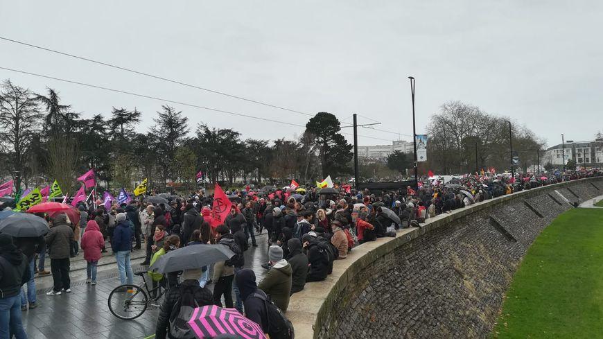A Nantes, le départ de la manifestation a lieu près du château des Ducs de Bretagne.