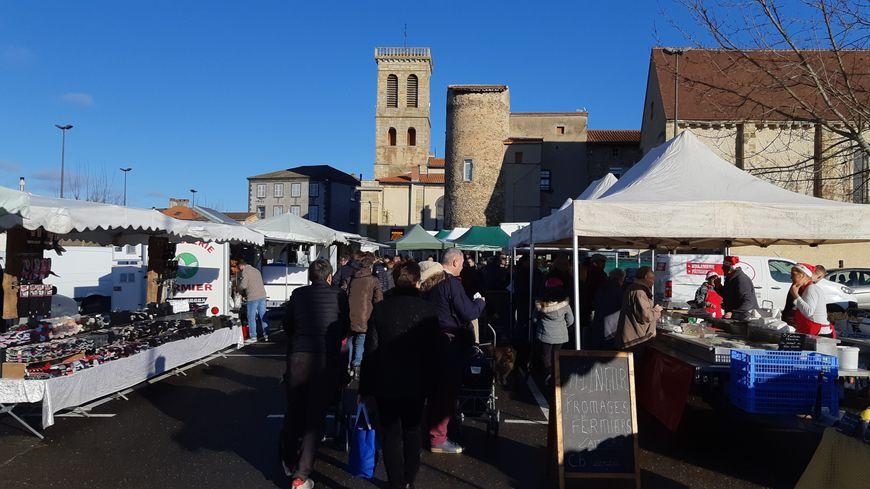 Grand ciel bleu ce samedi matin sur le marché de Lezoux