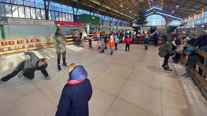 La patinoire est installée sous le marché couvert de Joigny