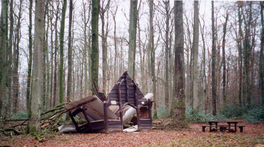 La loge de la Boulaie, une grande cabane entièrement détruite en forêt de Bercé par la tempête de 1999