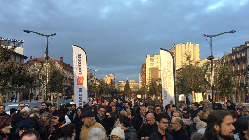 """Une centaine de personnes étaient aux Allées Jaurès, ce lundi 23 décembre, pour assister à l'inauguration des """"Ramblas"""" par le maire de Toulouse, Jean-Luc Moudenc."""