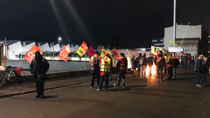Des manifestants contre la réforme des retraites ont bloqué le dépôt des bus Impulsyon ce mardi matin à La Roche-sur-Yon.