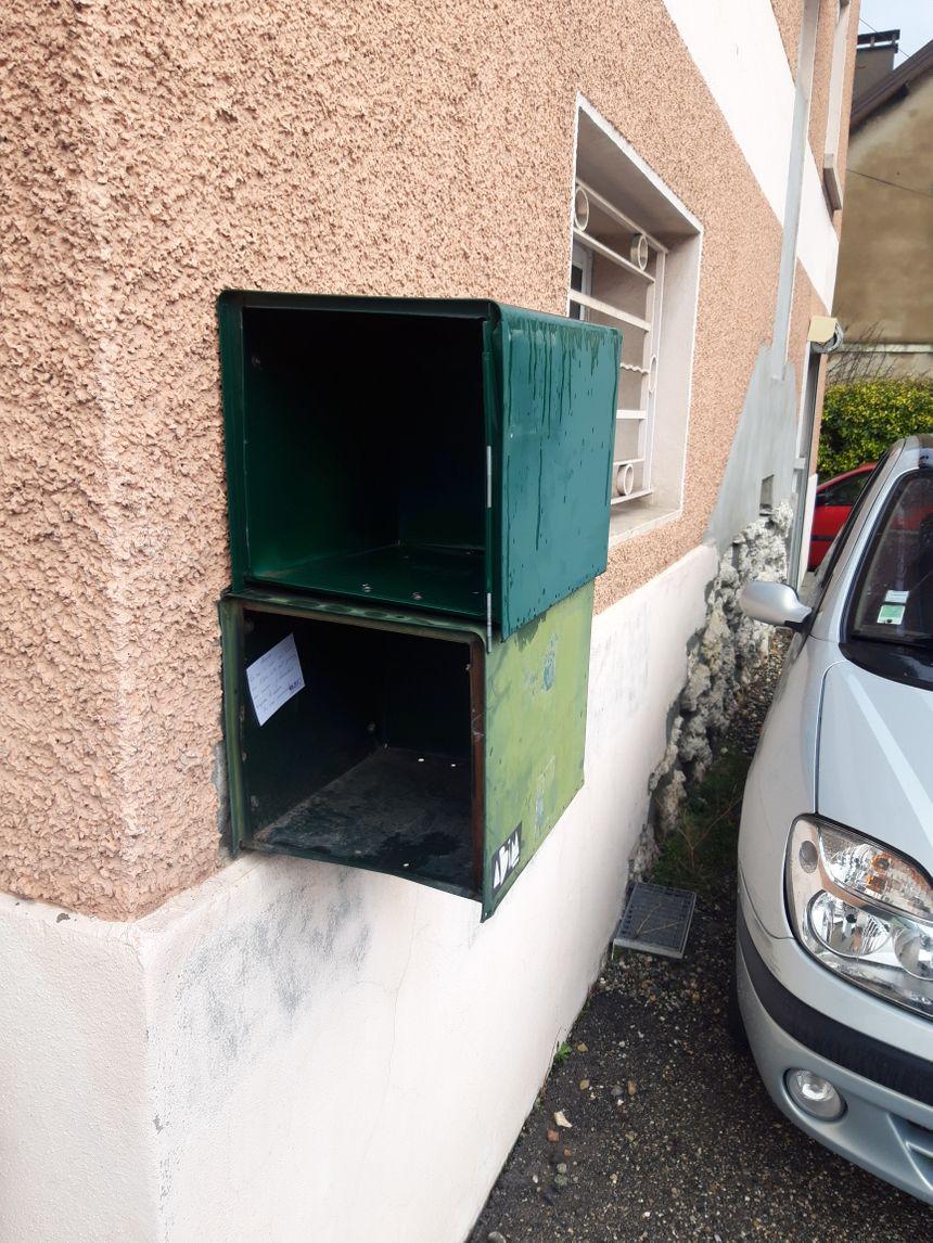 Une partie des boîtes aux lettres a été arrachée.