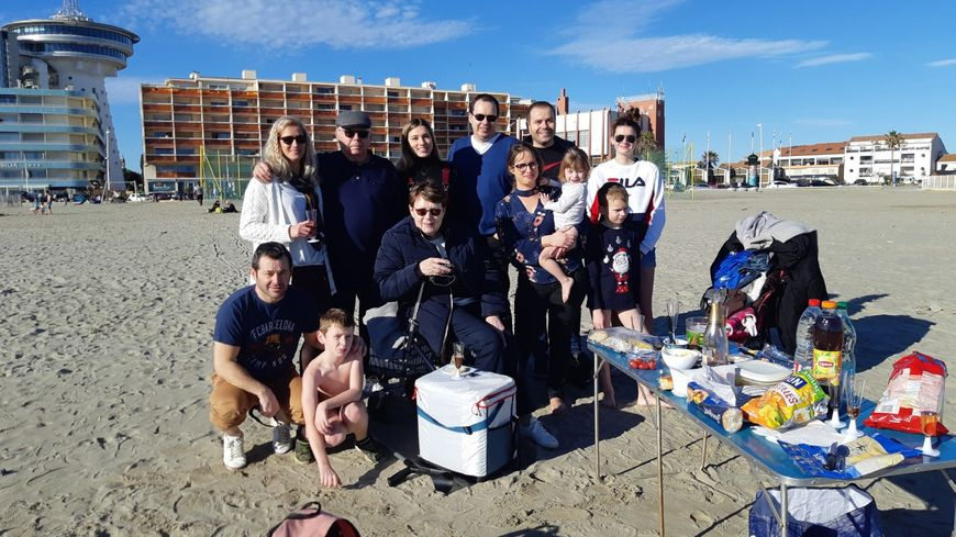 Les lunettes de soleil étaient de rigueur ce 25 décembre pour la famille de Yolaine venue prendre l'apéro directement sur la plage.