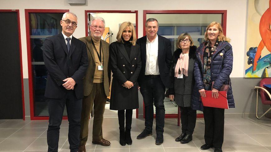 Brigitte Macron, en visite au centre hospitalier régional d'Orléans le 11 décembre 2019, aux côtés, notamment, du maire Olivier Carré et du directeur de l'hôpital Olivier Boyer