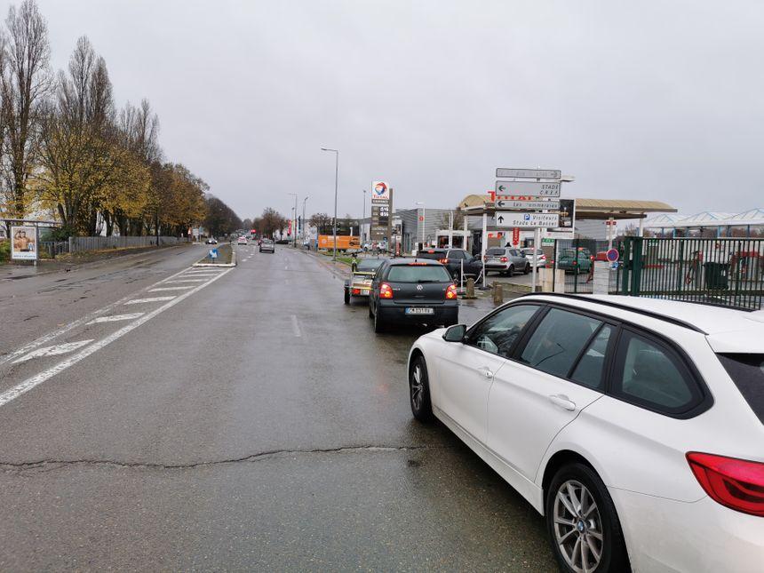 Dix, vingt ... jusqu'à une trentaine de voitures attendent en file indienne d'enfin pouvoir se servir, à la station Total Laval Nord, avenue de Mayenne.