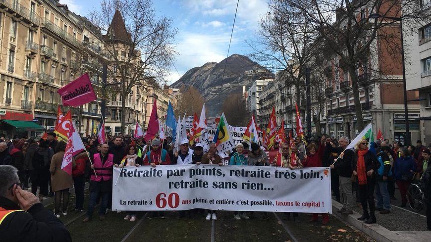 Avant le départ du cortège contre les retraites dans les rues de Grenoble