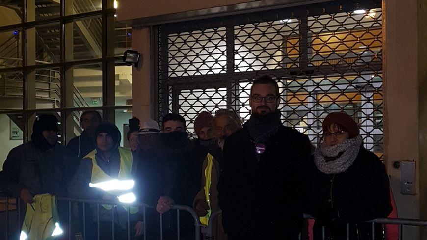 Un comité de soutien à Roland Veuillet, gilet jaune emblématique, devant le commissariat de Nîmes.