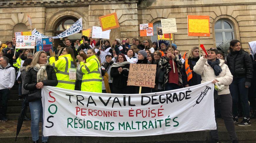 La colère des agents de l'hôpital de Falaise s'est faite ressentir ce mardi après-midi devant l'Hôtel de ville.