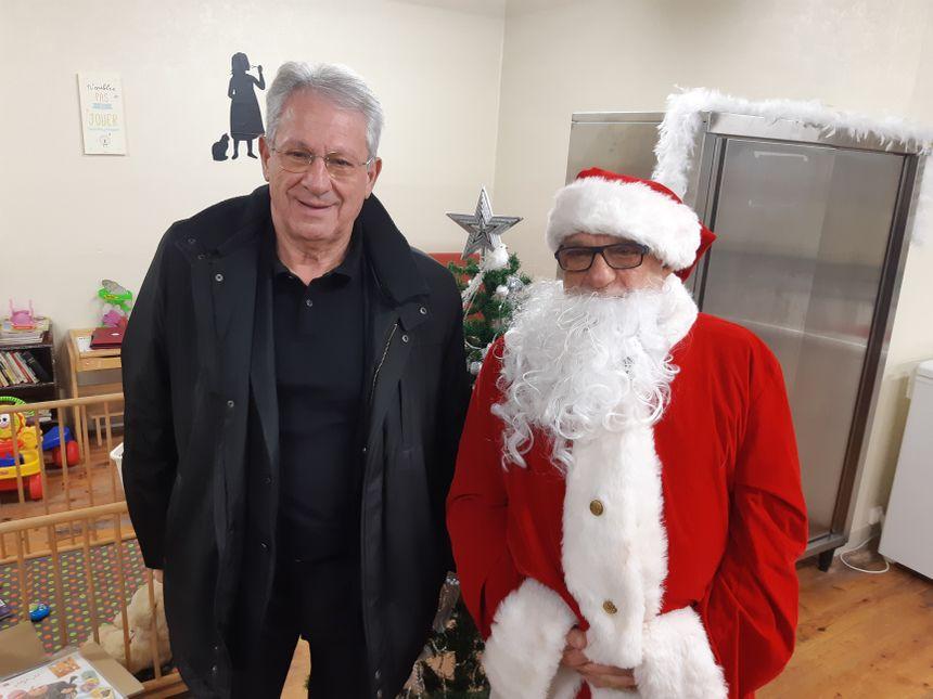 Daniel Granjon, le maire de Mathay, venu participer à cette première distribution de Noêl