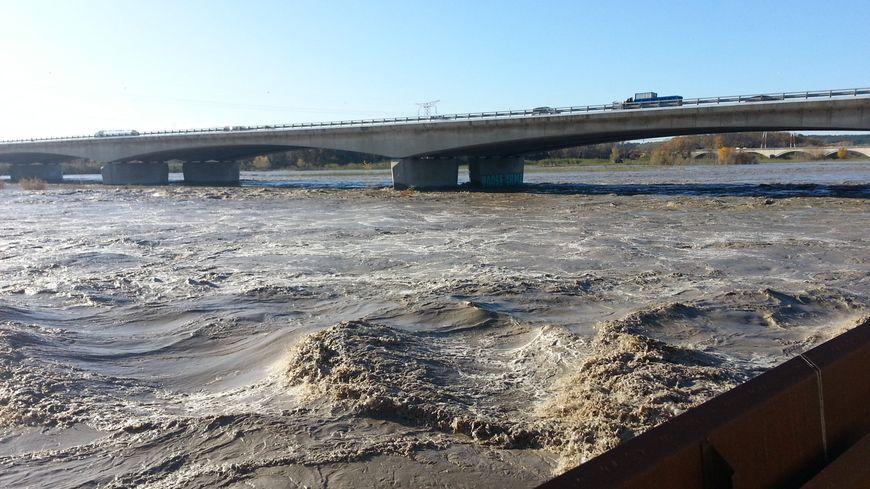 La Durance en crue à Caumont-sur-Durance (Vaucluse). Le pont de Bonpas. 2 décembre 2019.