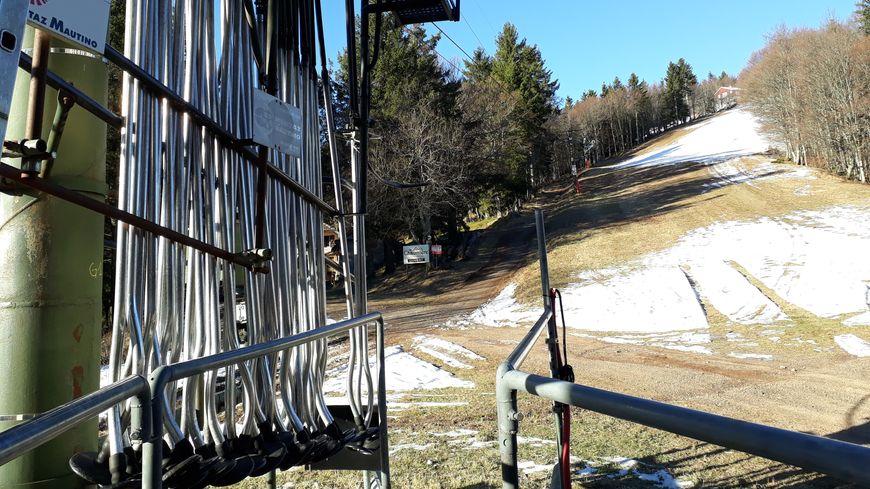 Les pistes de ski sont fermées depuis le début de la saison au Ballon d'Alsace, faute de neige.