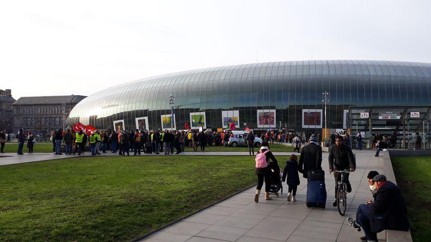 Grévistes rassemblés devant la gare de Strasbourg samedi 28 décembre