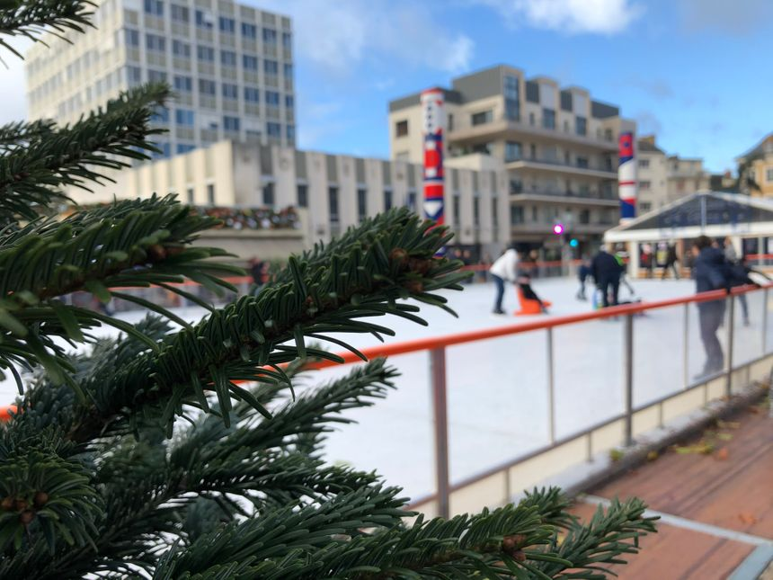 Le marché de Noël est installé autour de l'incontournable patinoire