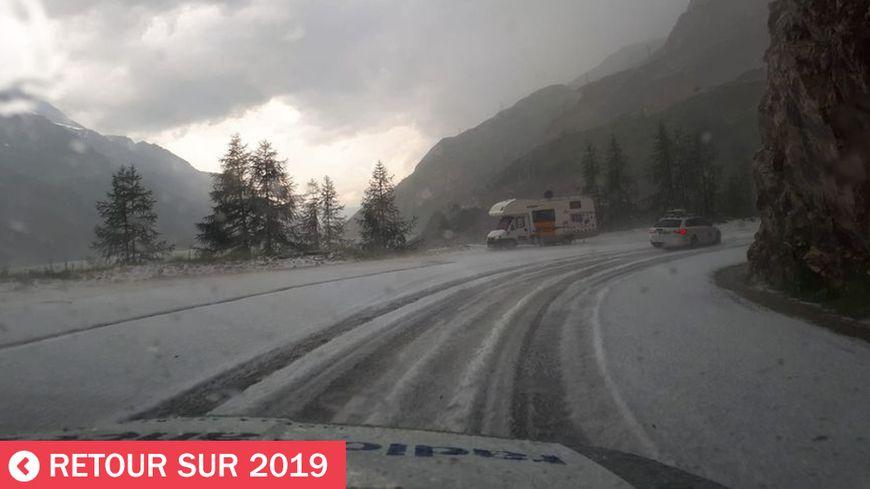 Scène surréaliste le 26 juillet 2019, la 19e étape du Tour de France neutralisée dans la descente du col de l'Iseran (Savoie)