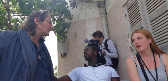 Le showrunner Charli Beléteau discute avec le réalisateur Oumar Diack.