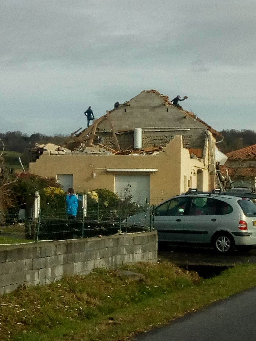 Dès ce dimanche, de nombreux bénévoles sont venus en aide aux sinistrés pour sécuriser les maisons.