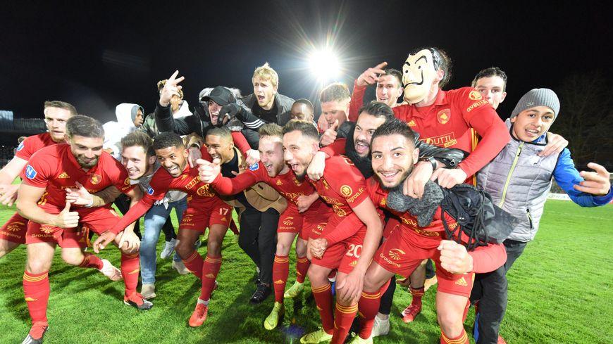 Les Aveyronnais fous de joie lors de leur victoire contre Boulogne-sur-Mer, le 11 avril dernier, synonyme de montée en Ligue 2.