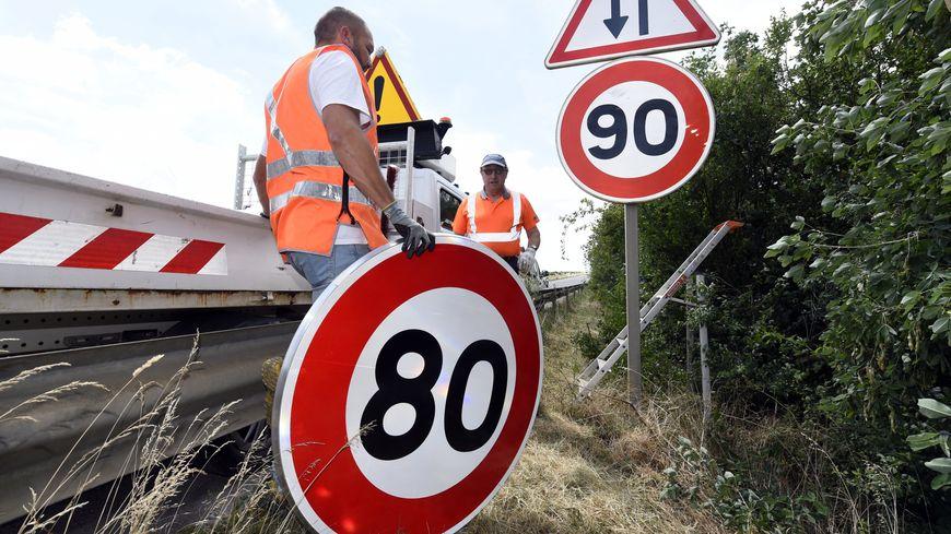 Les panneaux 80km/h et 90km/h sur une route départementale (photo d'illustration)