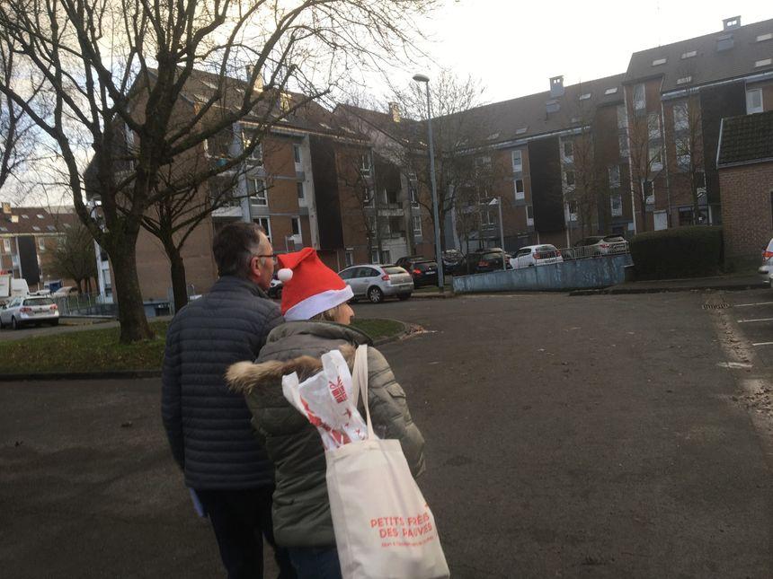 Manuella et Jean-Michel partent à la rencontre de seniors isolés avec friandises et cadeaux sous le bras
