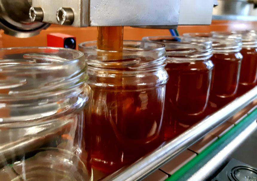 Chaîne de remplissage des pots de miel