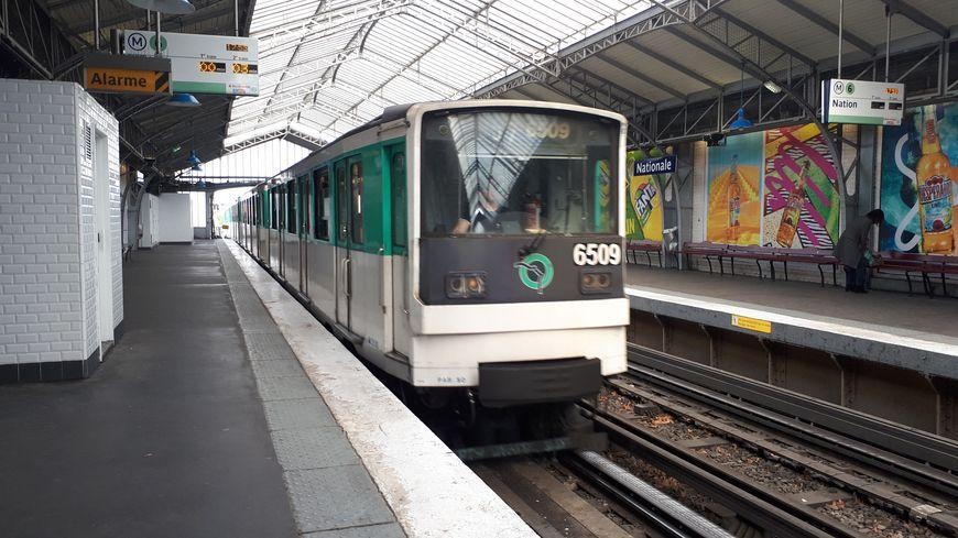 Rame de métro parisien aérien de la ligne 6, arrivant à la station Nationale, avril 2019