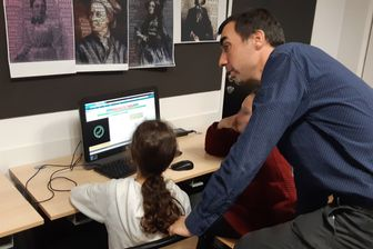 Nicolas Lemoine est passionné de pédagogie. Ses méthodes font de lui un professeur de math qui sort vraiment de l'ordinaire