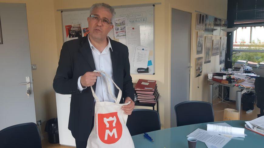 Il y a une demande pour les produits dérivés de l'université du Mans, estime son président Rachid El Guerjouma.