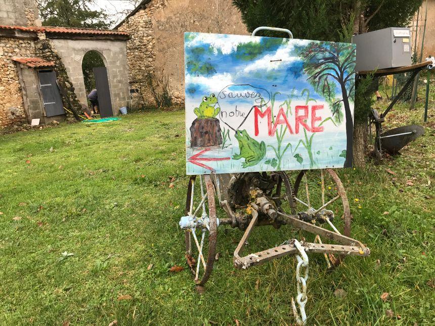 L'affaire a pris une telle ampleur qu'Annie et Michel Pécheras ont mis un panneau devant leur maison, impossible à manquer dans le village.