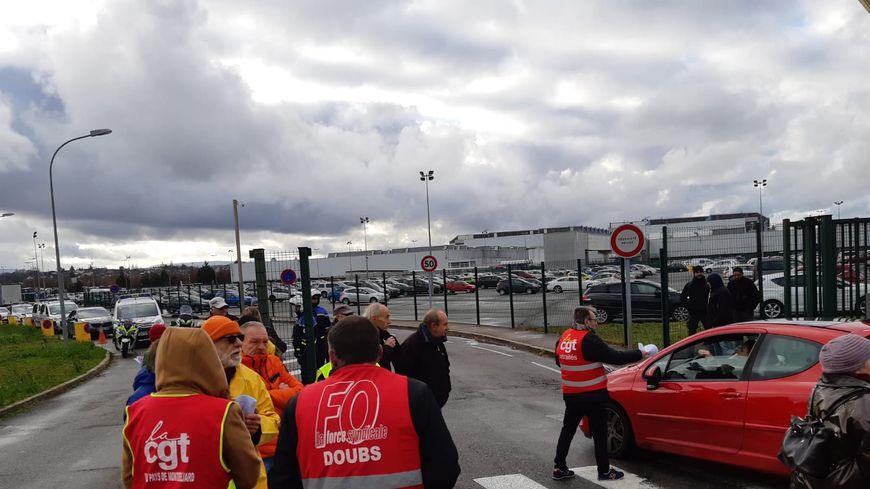 Près de 80 représentants syndicaux se sont mobilisés ce jeudi devant l'usine PSA de Sochaux