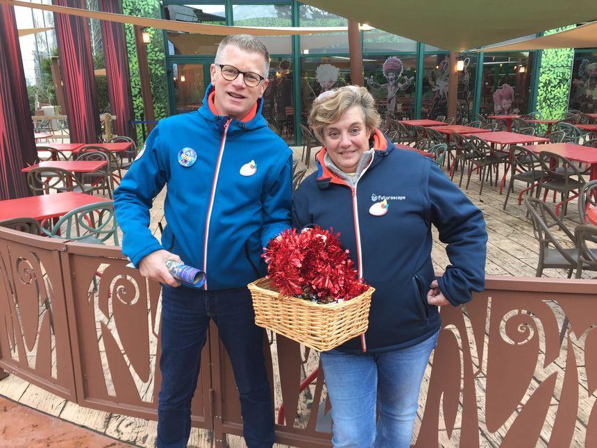 Laurent et Véronique assurent la distribution des chocolats.
